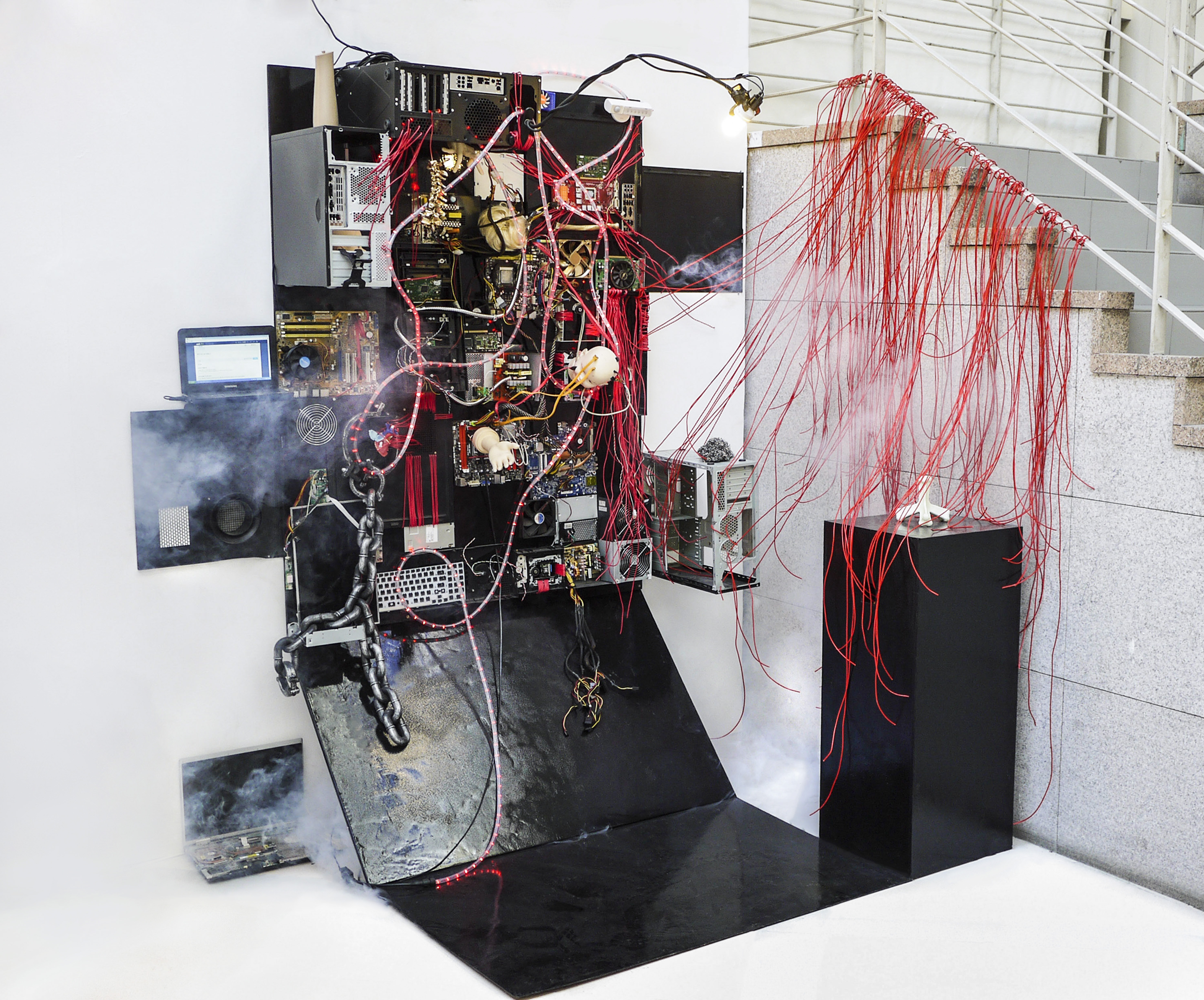 11 Homosacer2-1, dc-motor, fog machine, dummy, anatomy model, computer part, stainless steel, wire, silicone, mixed media,100x180x220(cm) 2015